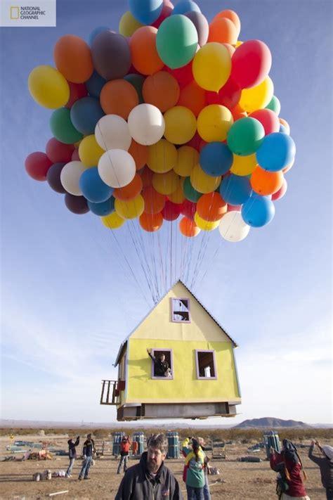 Casa flotante con globos de colores al estilo UP