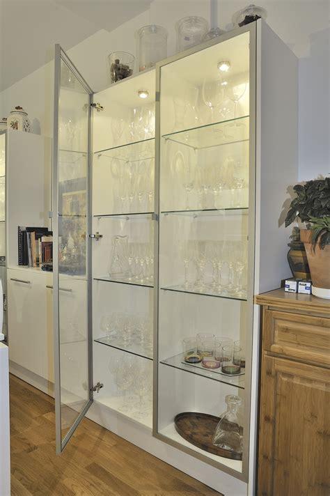 Casa residencial, familiar.: Armario vitrina para cocina
