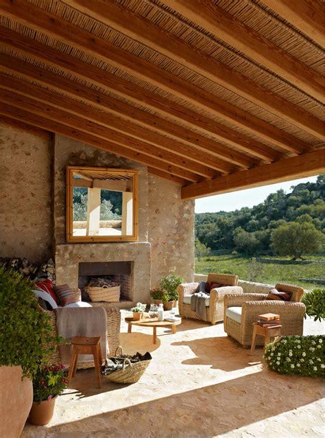Casa rústica con paredes de piedra y porche con techo de ...