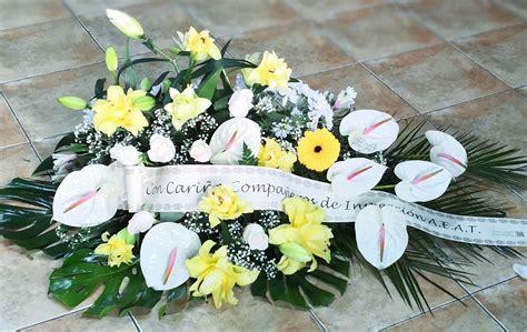 Centro de flores para difuntos | Centros de flores, Flores ...