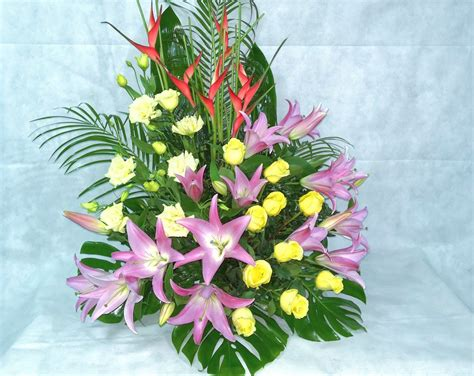 Centro de flores para difuntos | Flores, Arreglos florales ...