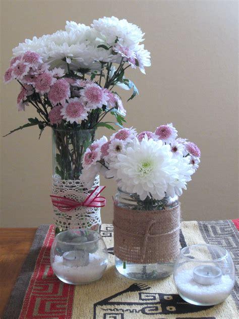 Centro de mesa con frascos, flores naturales y velas ...