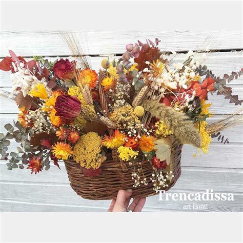 Centro de palma decorado con flores secas en tonos ...