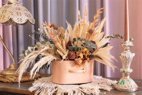 Centro decorativo de flores preservadas. A flor de ...