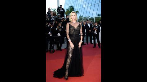 Charlize Theron brilla en Cannes con un vestido transparente