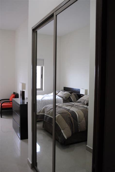 Closet con puerta corrediza de espejo en 2019 | Puertas de ...