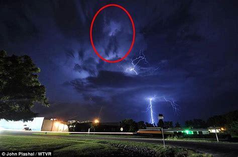 Cloud formation looks like Michael Jackson moonwalking ...