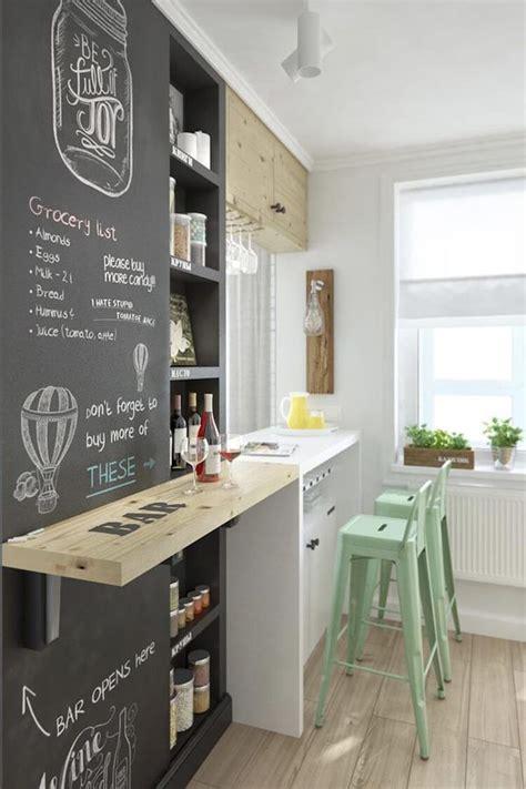 Cocina con barra de desayunos y pared de pintura de ...