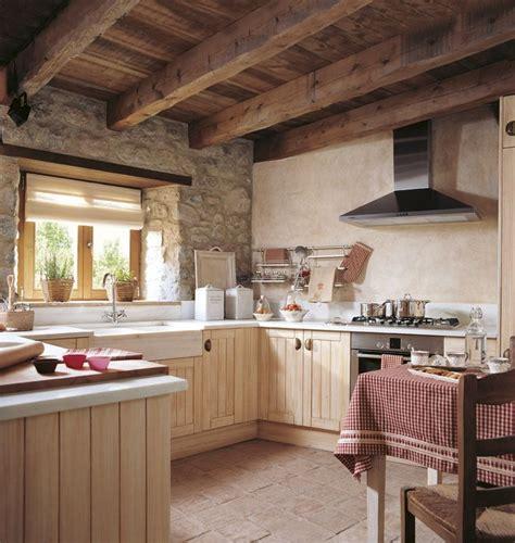 cocina rústica, muebles madera beige, pared piedra, techo ...