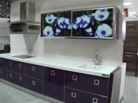 Cocina violeta brillo con vitrinas de aluminio ...