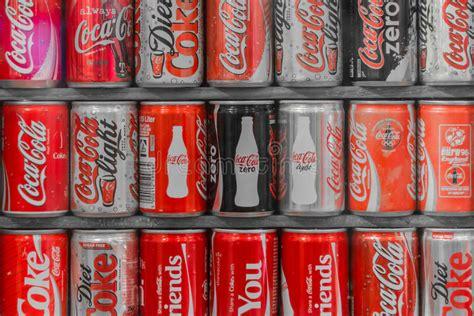 Coleção De Latas Da Coca cola Foto Editorial   Imagem de ...
