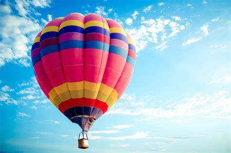 Colorido globo aerostático volando en el cielo. | Foto Premium
