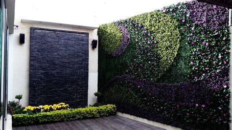 Cómo decorar con un muro verde de follaje artificial