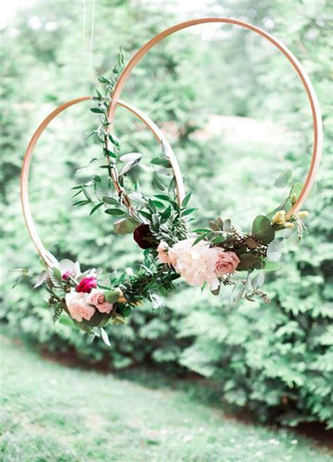 Como hacer coronas gigantes de flores para decorar tu boda ...