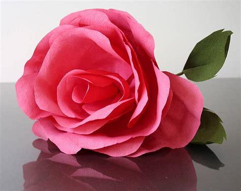 Cómo hacer rosas de papel para regalar   Bricolaje10.com