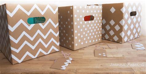 Cómo reciclar cajas de cartón decoradas para ropa