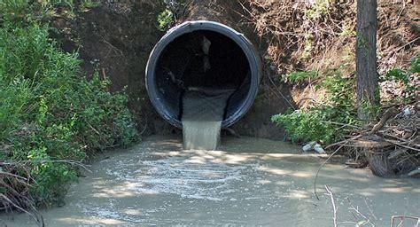 Cómo se mueven los contaminantes de agua dulce?