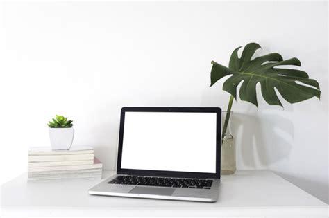 Computer portatile con schermo bianco vuoto sulla ...