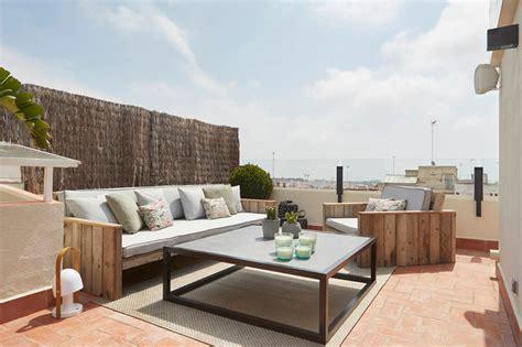 conjunto de mobiliario exterior con sofás tipo palet y ...