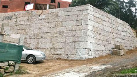 Construcción de muro de contención de tierras en ...