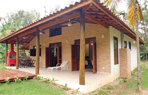 Construída com material barato, casa de praia rústica arrasa