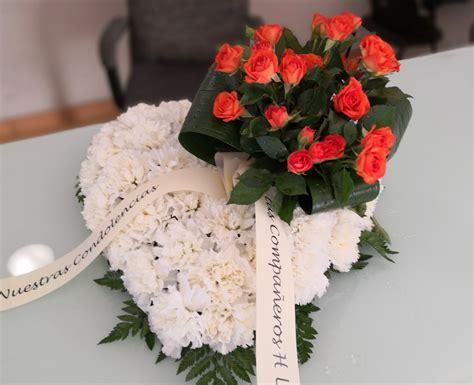 Corazón de flores para difuntos | Flores, Centros de ...