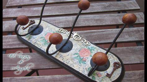Craquelado y decoupage para decorar un perchero de madera ...