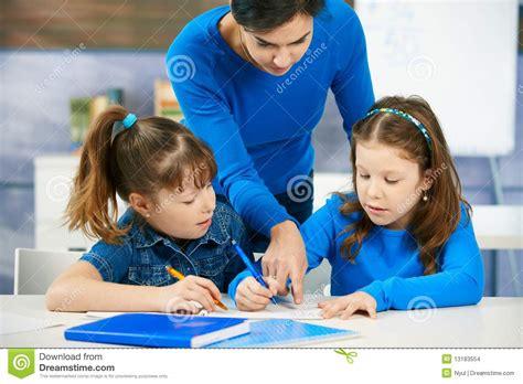 Crianças E Professor Na Sala De Aula Foto de Stock ...