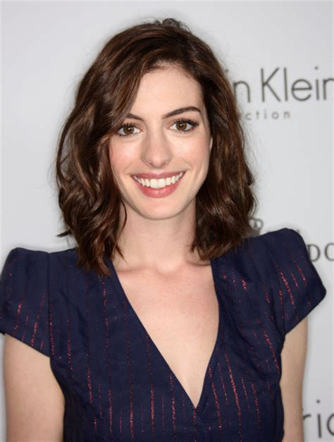 ¿Cuánto mide Anne Hathaway?
