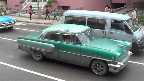 CUBA HABANA CALLE 23 COCHES Y CHICAS 2   YouTube