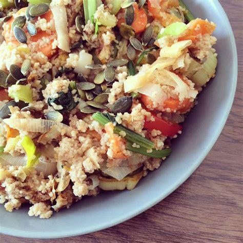 Cuscús integral de espelta con verduras, seitán, semillas ...