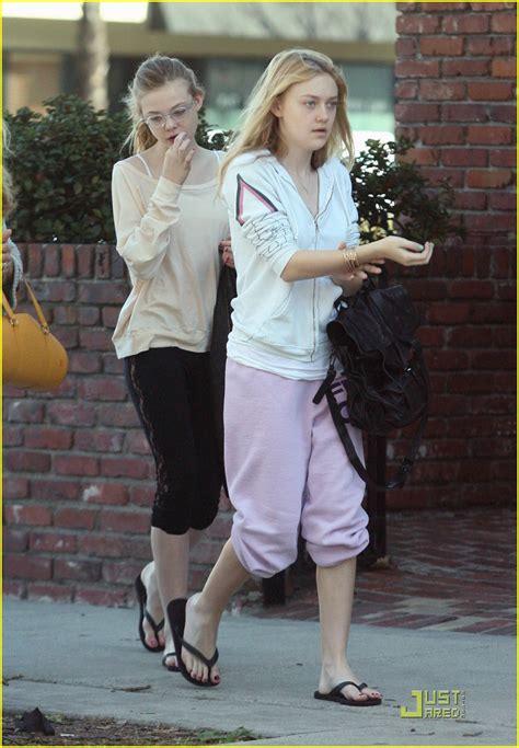 Dakota & Elle Fanning: Flip Flop Festive | Photo 353250 ...