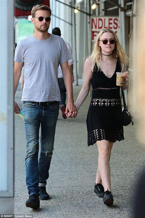Dakota Fanning looks upset during with boyfriend Jamie ...