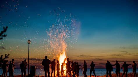 ¿De dónde proviene la celebración de la hogueras de San Juan?