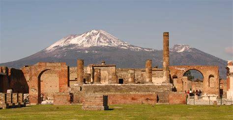 De mochilero por las ruinas de Pompeya