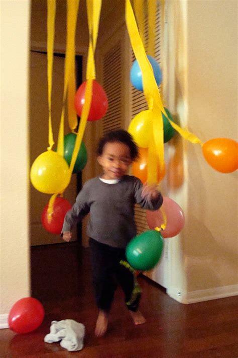 Decora pegando los globos en el techo   LaCelebracion.com