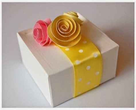 Decoración caja de regalo con flores de papel ~ Solountip.com