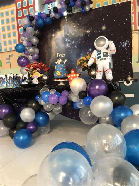 Decoracion con globos para fiesta tematica de astronauta ...
