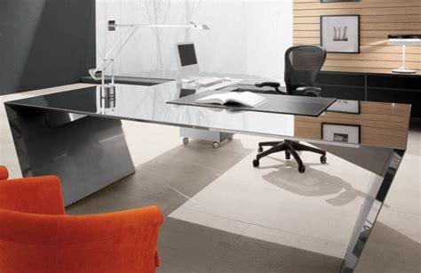 Decoración con mesas y sillas para oficinas o despachos de ...