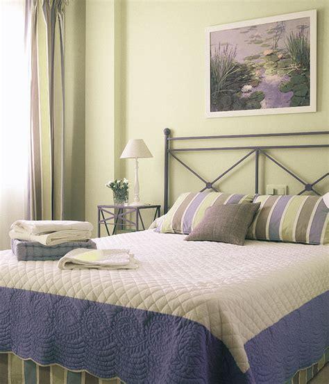 Decoración: Con que colores combina pared verde en dormitorios