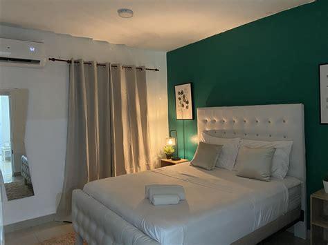 Decoración de habitación verde. #airbnb #green in 2020 ...