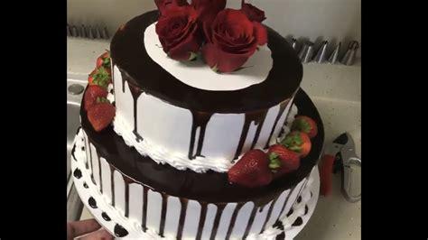 Decorando pastel de boda con chocolate, fresas y rosas ...