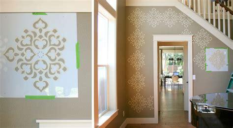 Decorar una pared con estampados clásicos