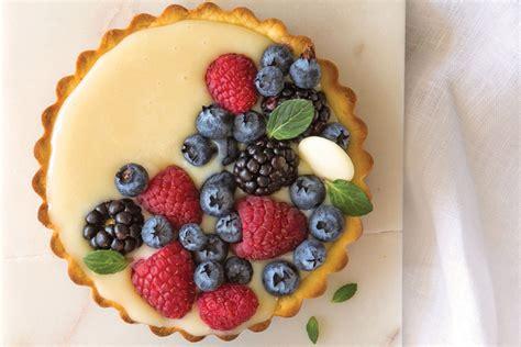 Deliciosa tarta de chocolate blanco con frutos rojos