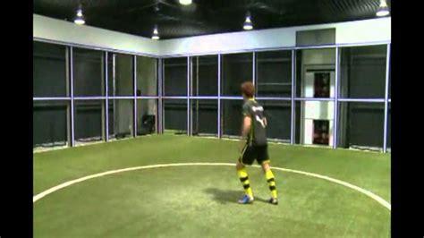 Deportes / Fútbol; La curiosa máquina para entrenar del ...