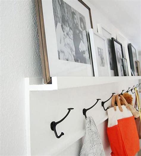 destacar recibidor con fotografías sobre perchero de pared ...