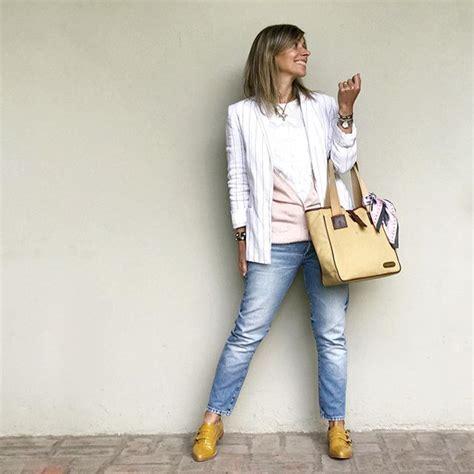 Detalles que levantan un básico de jean y remera blanca ...