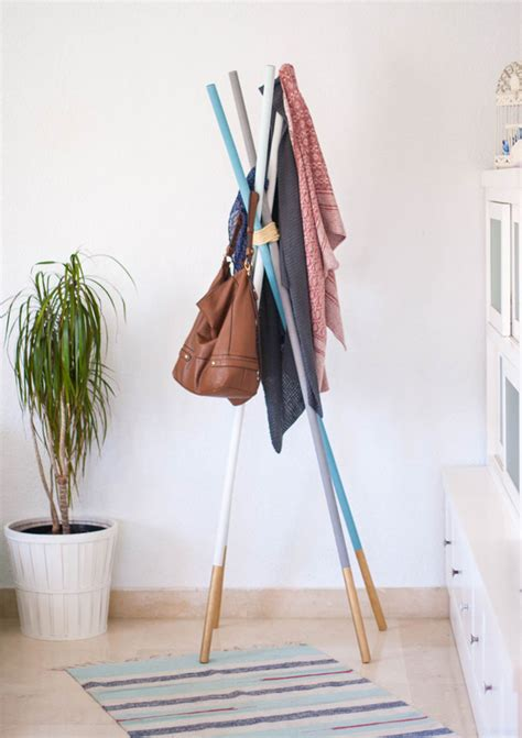 DIY percheros de pie con barras de madera | Ahora También Mamá
