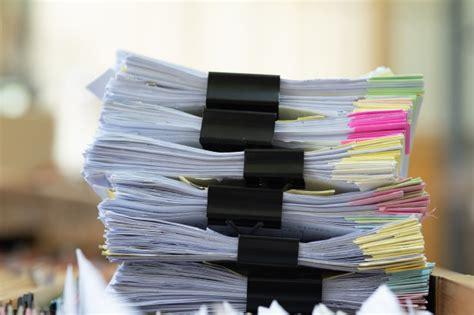 Documentos importantes colocados en un escritorio en la ...