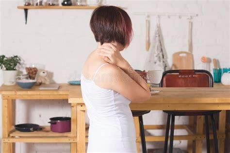 Dolor De Cuello, Mujer Que Sufre De Dolor De Espalda En ...